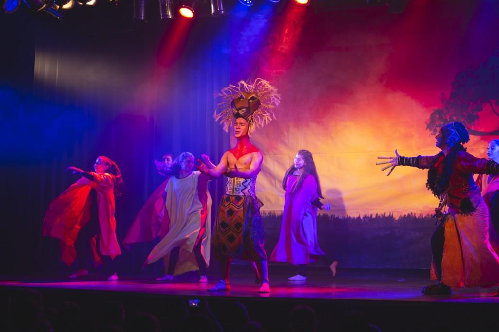 """Junto a cientos de familias, Abella disfrutó una función de la obra """"El Rey León"""""""