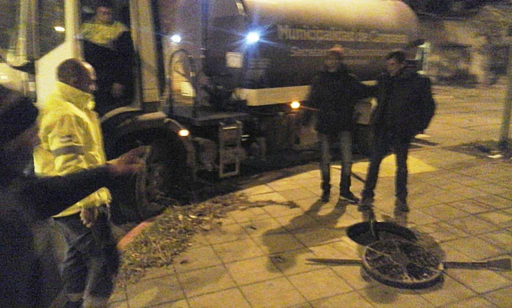 Rápido accionar del Municipio ante una derrame de combustible en conducto cloacal