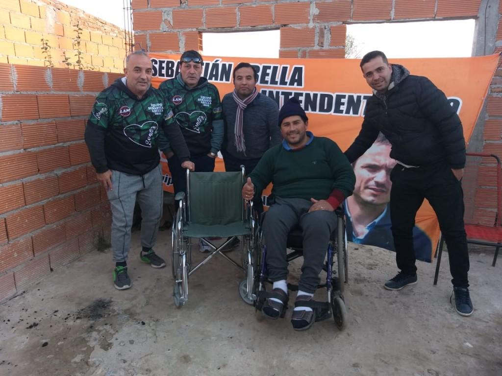 """Militantes de """"Sentir"""" donaron una silla de ruedas a un vecino"""
