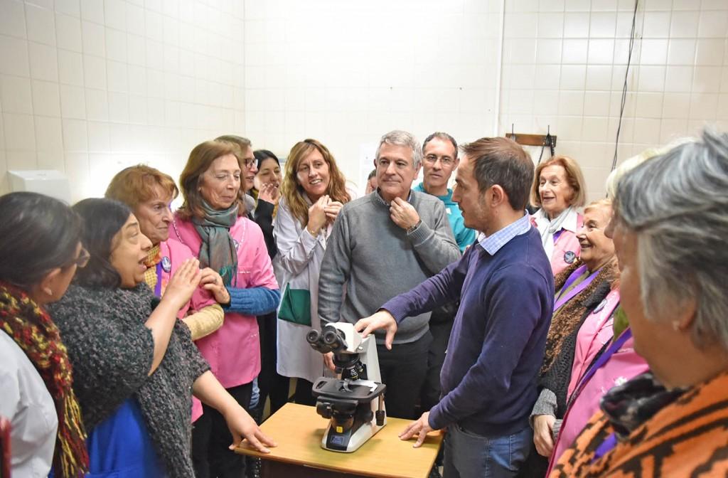 Tras la carrera solidaria, la Cooperadora donó un microscopio al Hospital