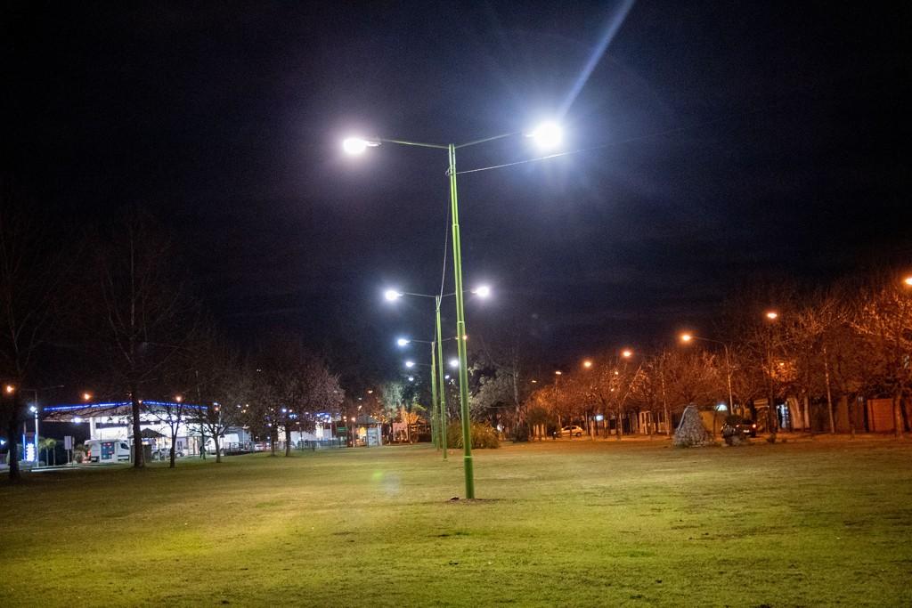 El Municipio avanza con la colocación de nuevas luminarias en los barrios Siderca Verde y Azul