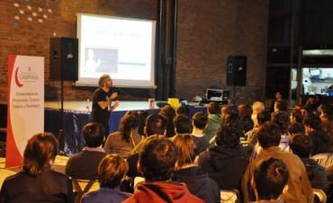 Cientos de jóvenes participaron de un encuentro didáctico y entretenido con la Ciencia y Los Simpsons