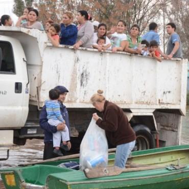 Continúa la asistencia en los barrios afectados por las inundaciones causadas por las intensas lluvias