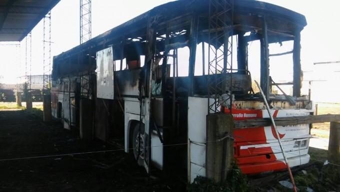 Inadaptados queman un colectivo del Municipio que iba a ser destinado a recicladores urbanos