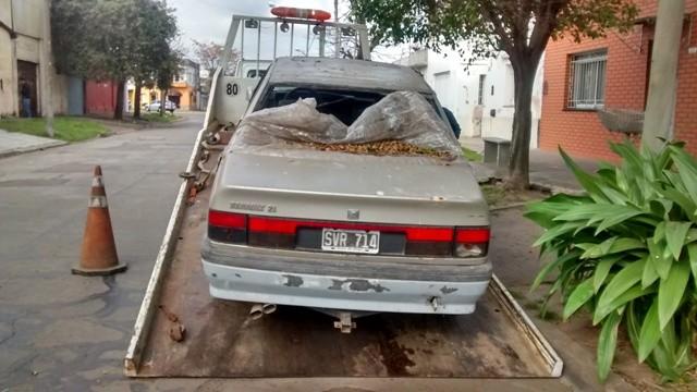 Se retiró un auto abandonado de la calle Arenales