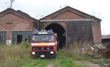 Defensa Civil intervino ante el incendio de un vehículo en los ex galpones de los talleres ferroviarios