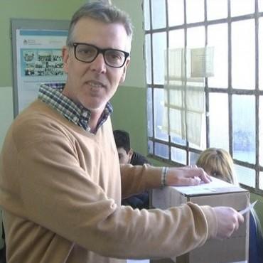 Axel Cantlon votò en el Instituto Nº 15 muy temprano