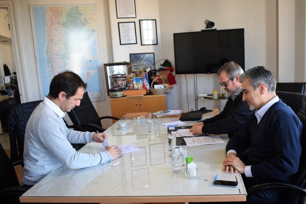 Abella firmó un acuerdo para evaluar la readecuación de la red de agua y la ampliación de la red cloacal