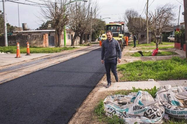 Ahora el asfalto por donde pasa el transporte público de pasajeros llegó a la calle Chacabuco