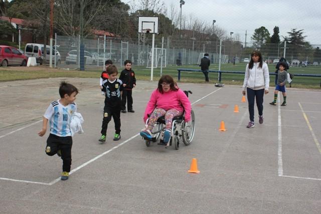 Adultos mayores y jóvenes con discapacidad participan de actividades deportivas gratuitas