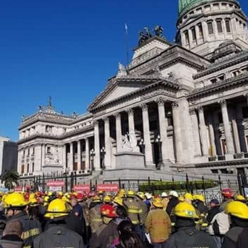 Bomberos Voluntarios de Campana participaron del reclamo frente al Congreso