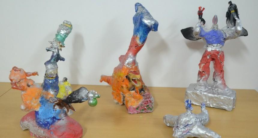 El taller municipal de cerámica y tridimensión transforma juguetes en esculturas