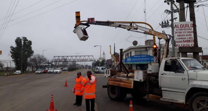 Realizan trabajos de mantenimiento de los semáforos de la ciudad