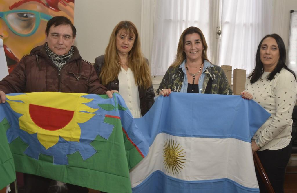 Entregan banderas de ceremonias a instituciones educativas