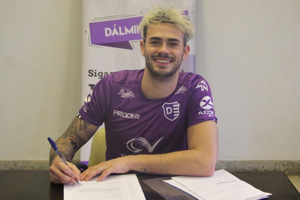 Lucas Bruera firmó su contrato con Villa Dálmine