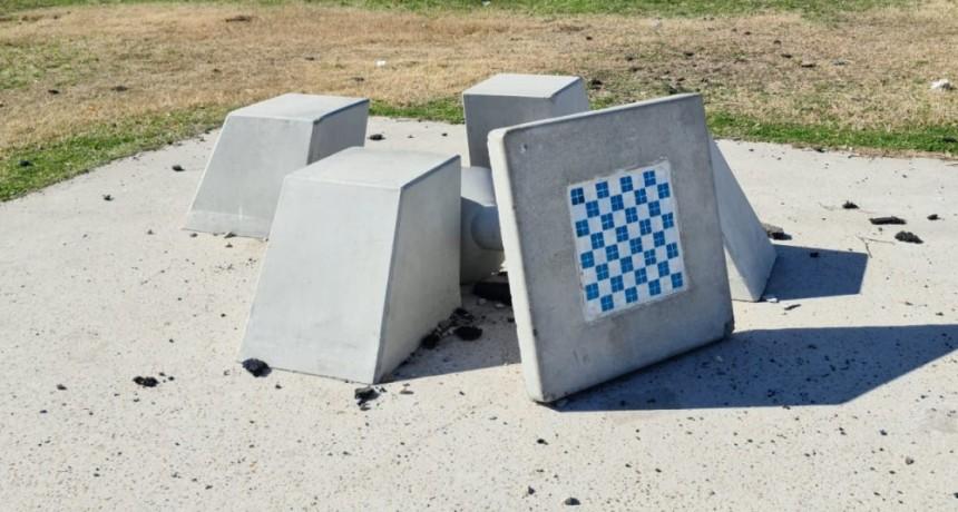 Ahora, vandalizaron la nueva plaza del barrio San Cayetano