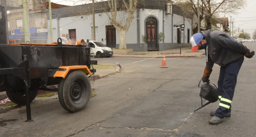 Nuevos trabajos de tomado de juntas por calles del casco urbano