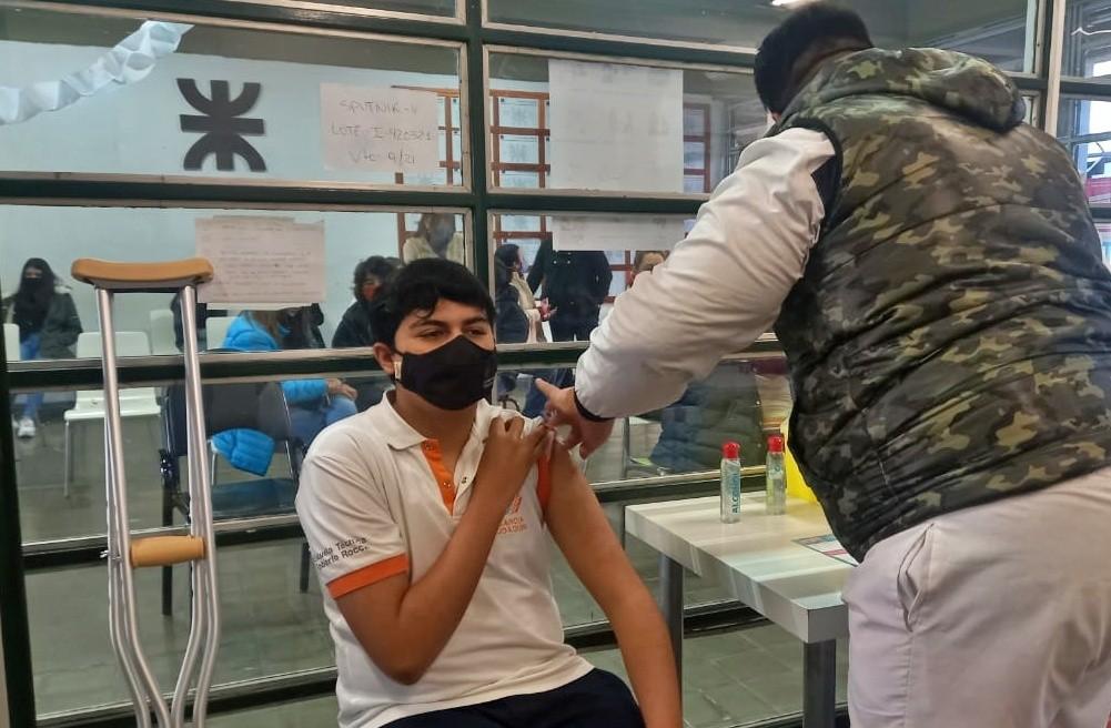 Joaquín fue el primer menor de edad vacunado en Campana contra el COVID-19