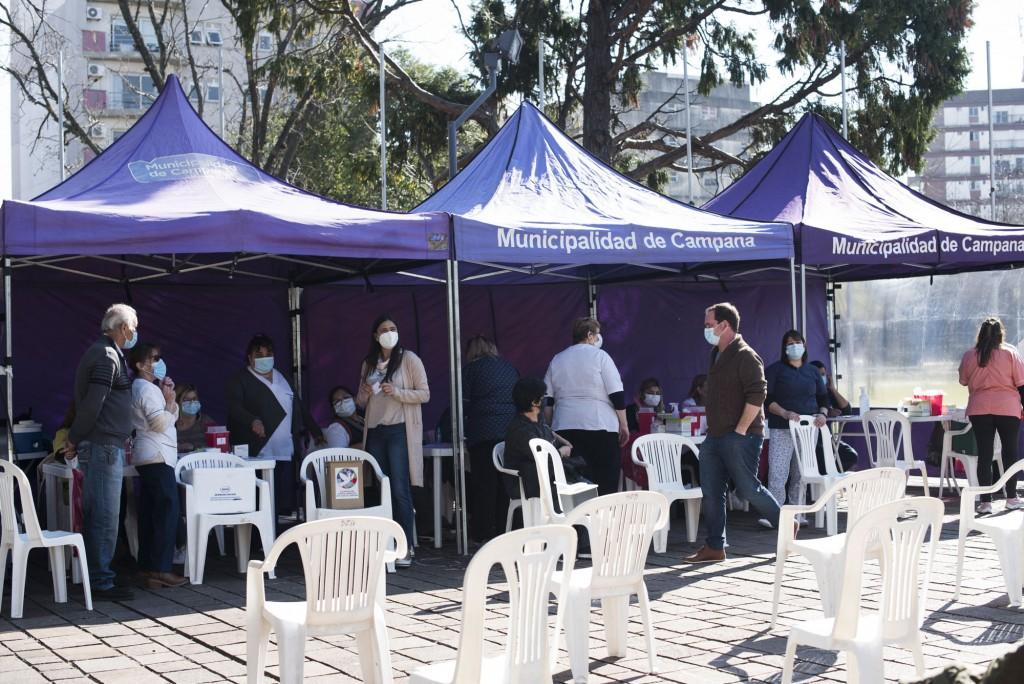 Una gran cantidad de vecinos se vacunó contra la gripe y la neumonía en la Plaza Eduardo Costa