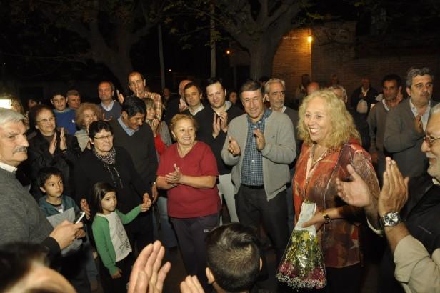 Los vecinos y la Intendente Giroldi inauguraron las luminarias de la calle Almirante Brown