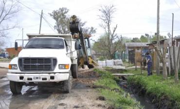 El Municipio contrató una Retroexcavadora sobre Oruga con Brazo Largo para mejorar el escurrimiento de las aguas en todos los desagües pluviales