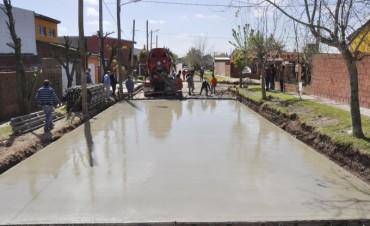 Abella visitó el inicio de la pavimentación de la calle Puerto Argentino