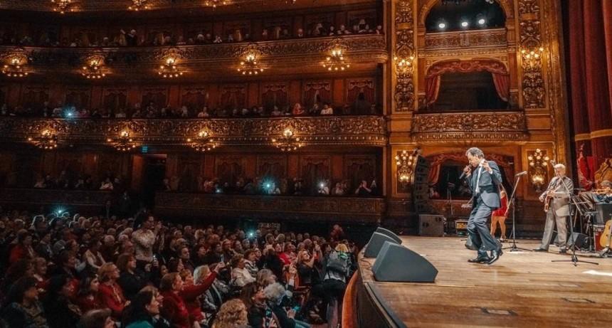 Más de 250 vecinos disfrutaron del show gratuito de Palito Ortega en el teatro Colón