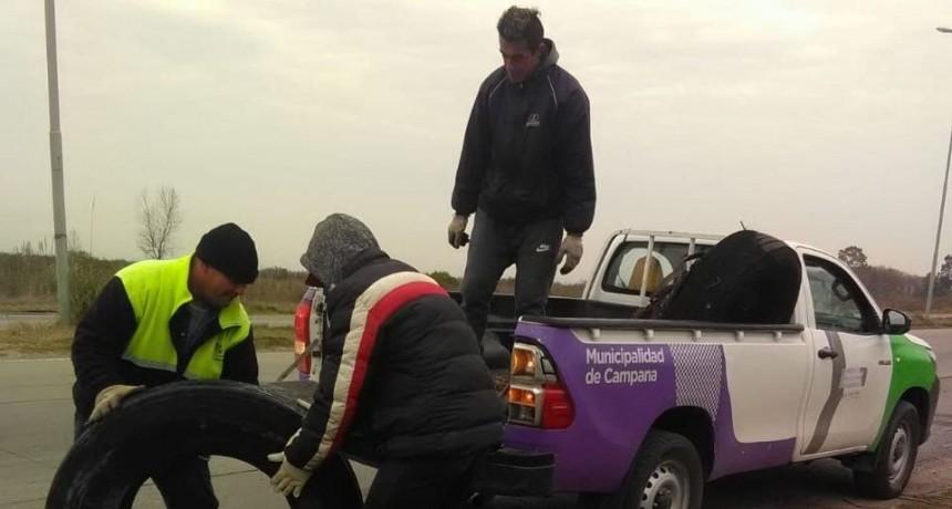 Retiran neumáticos de la vía pública