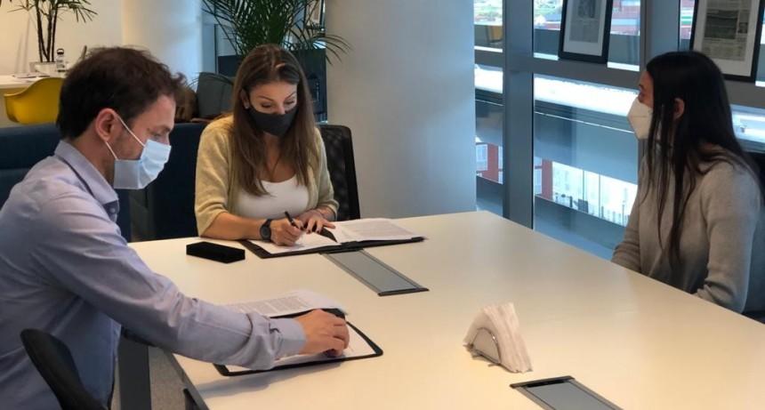 Abella firmó un convenio para que los vecinos puedan terminar sus estudios primarios y secundarios