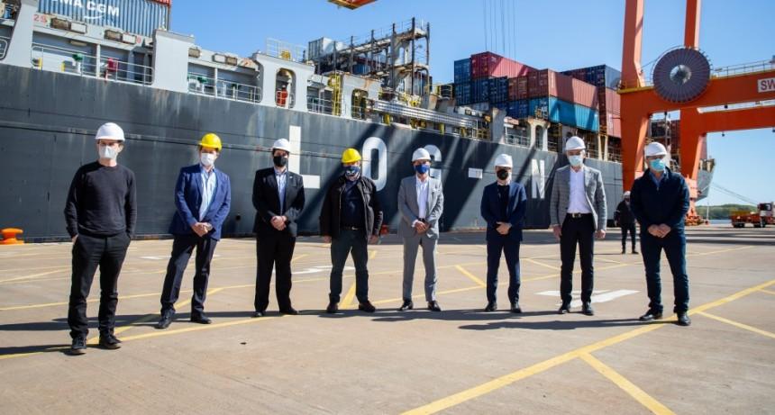 Kicillof recibió al primer buque que realiza un servicio de importación y exportación desde el puerto de La Plata hacia China