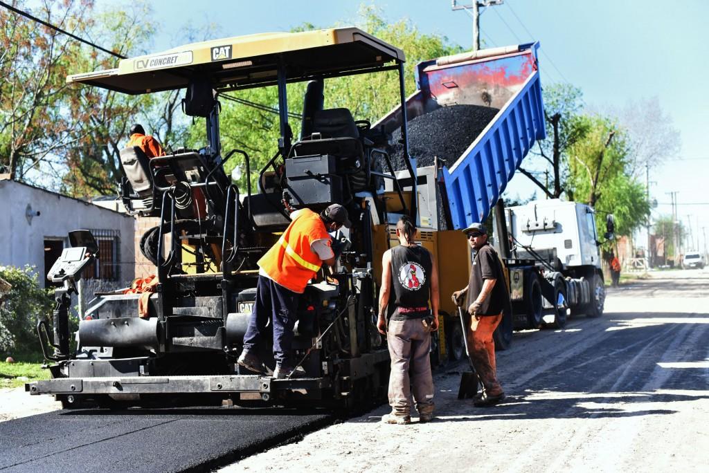 El plan de asfalto llega a más barrios y continúa por Las Praderas