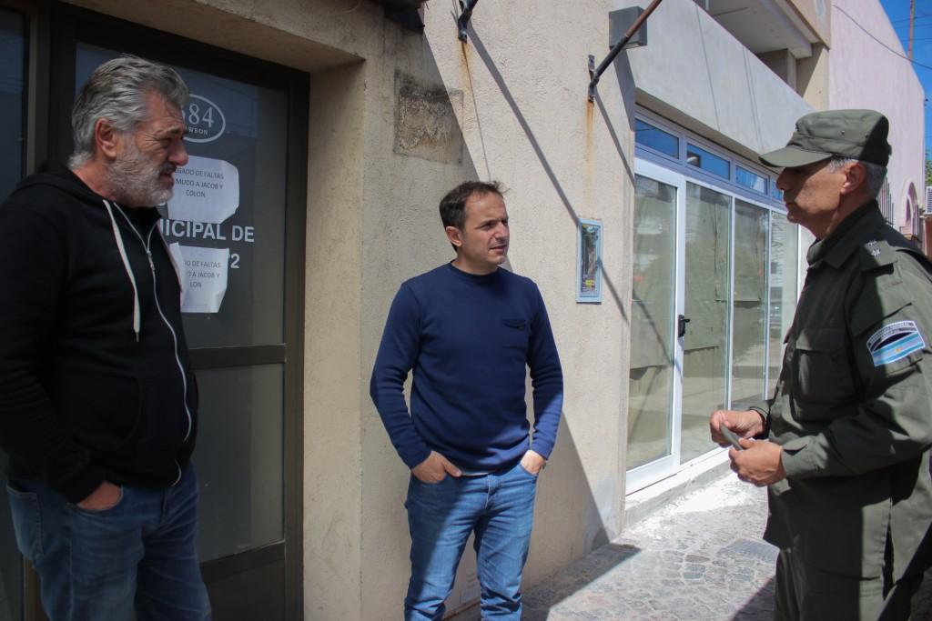 Tirapiedras: Abella se reunió con el jefe de Gendarmería y le pidió reforzar las tareas de prevención