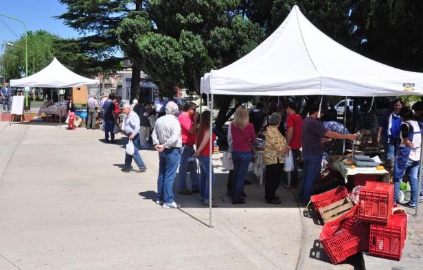 """La Feria de Productores Locales pasó por la Plaza """"España"""" y ahora se traslada a la Plaza """"1° de Mayo"""""""
