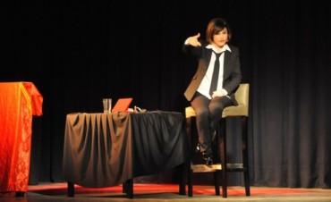 A sala llena, el Teatro Municipal ovacionó la presentación de Carolina Papaleo