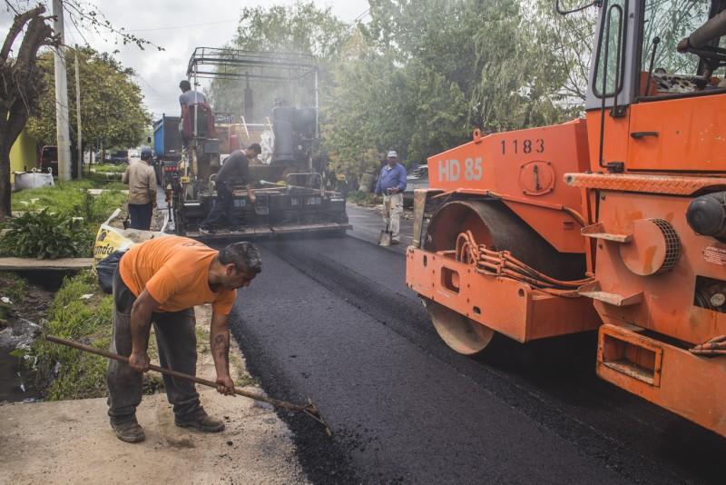 Comenzó la segunda etapa del plan para asfaltar las calles por donde circula el transporte público
