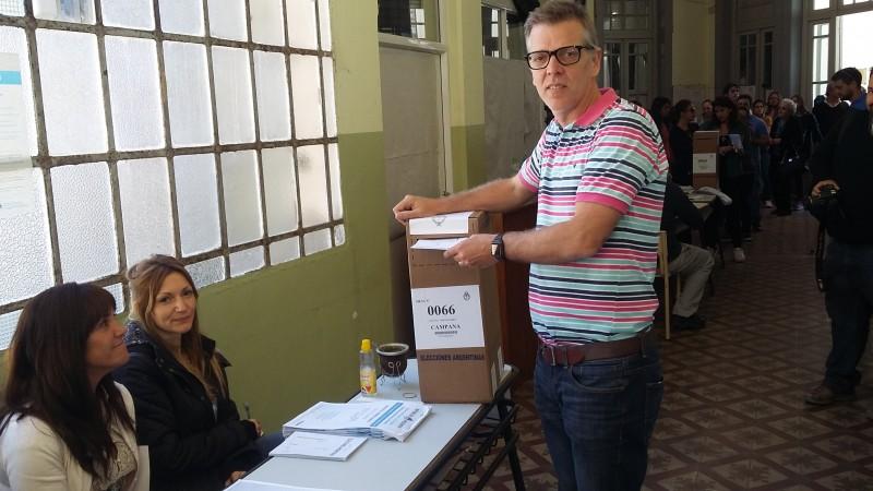 Axel Cantlon emitió su voto en el Instituto Nº 15