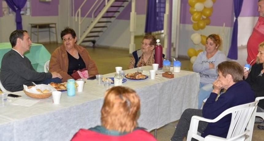 El Intendente y la Jefa de PAMI Campana compartieron un desayuno con adultos mayores