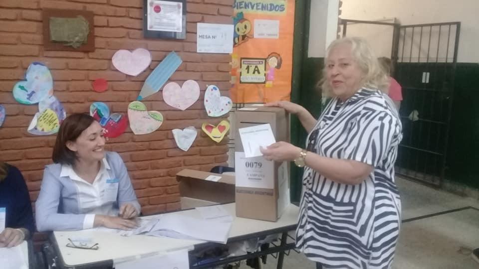 La ex Intendente Stella Giroldi emitió su voto en la Escuela Nº 5