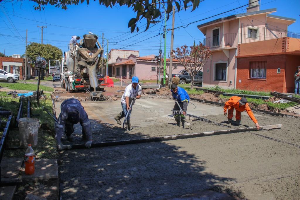 El Municipio inició una importante obra de bacheo de hormigón en la calle Castelli
