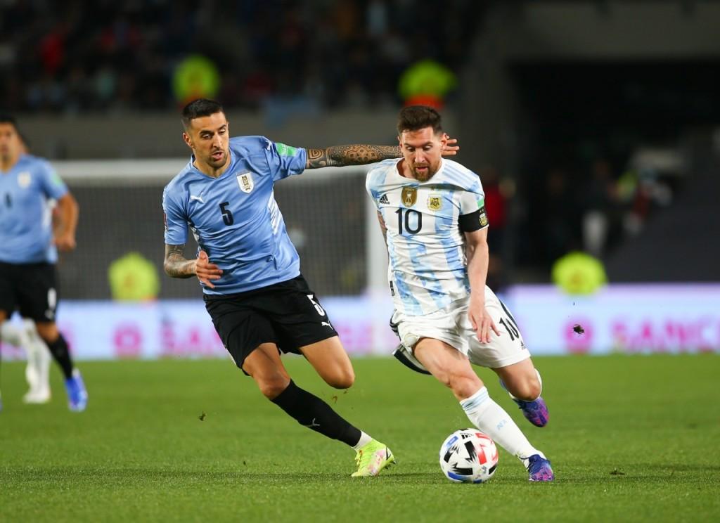 Con un Messi encendido y un gran juego colectivo Argentina goleó a Uruguay 3 a 0