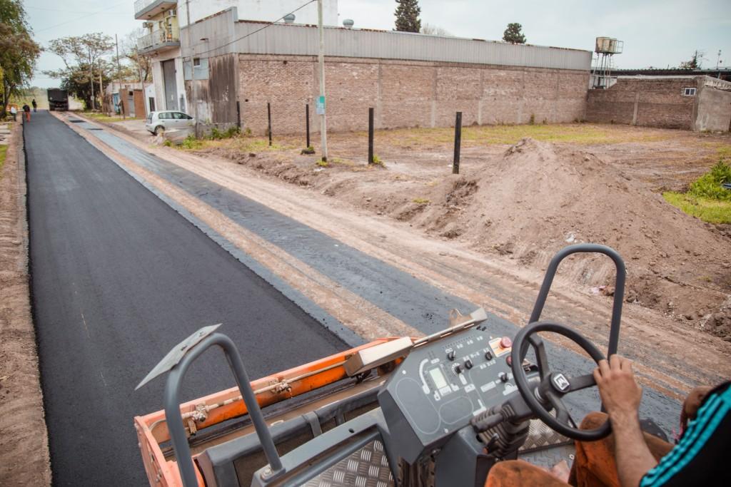 El Municipio asfaltó el ingreso al barrio Romano