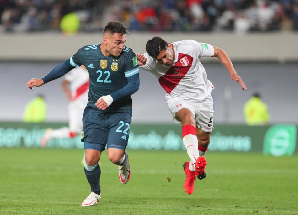 Sin repetir la actuación del domingo, Argentina ganó el partido ante Perú