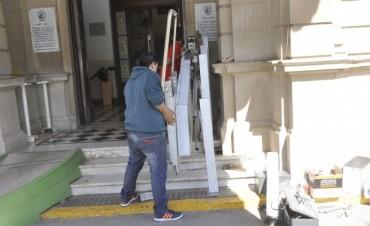 El Municipio coloca una rampa mecánica para personas con movilidad reducida para acceder al Palacio Comunal