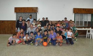 Abella visitó a los equipos de fútbol del barrio La Esperanza