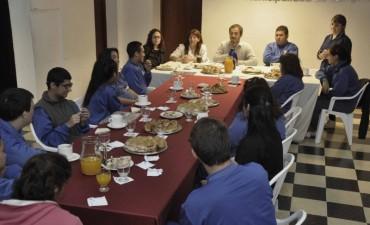 Abella compartió un desayuno con alumnos de IMENIC