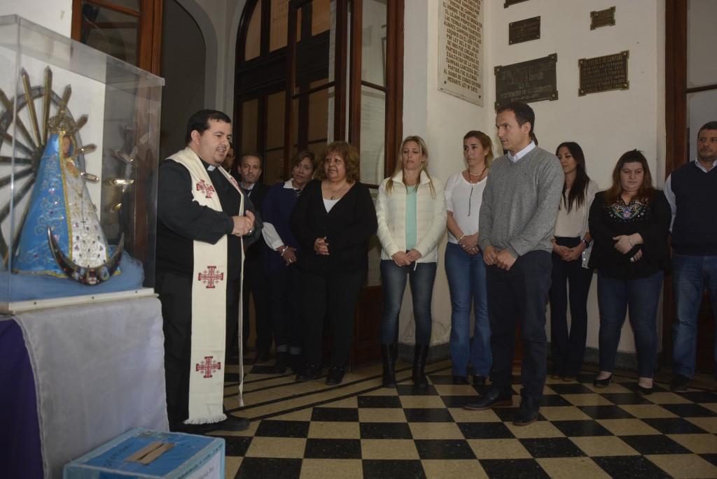 La imagen de la Virgen llegó al Palacio Municipal y fue recibida por el Intendente