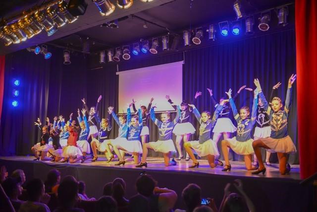 Un festival de danzas hizo bailar al teatro Pedro Barbero