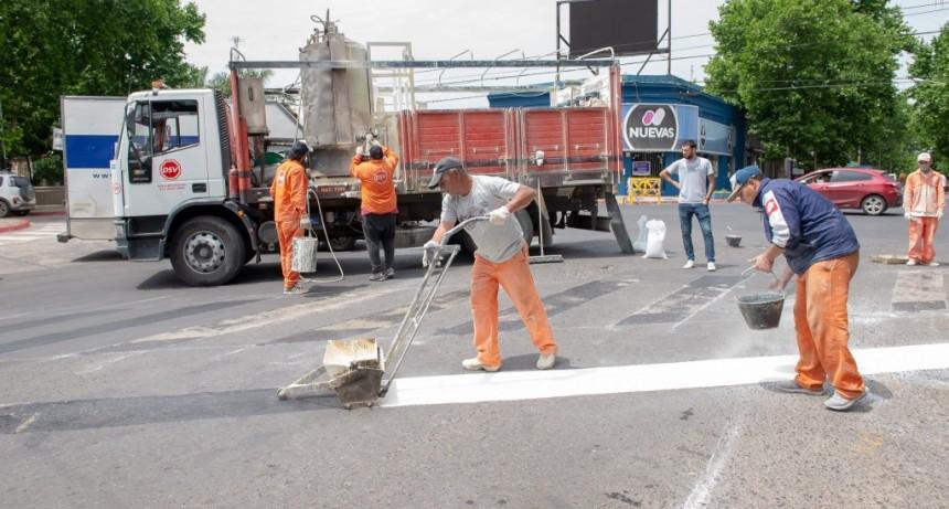 Se realizan trabajos de demarcación horizontal en el casco urbano