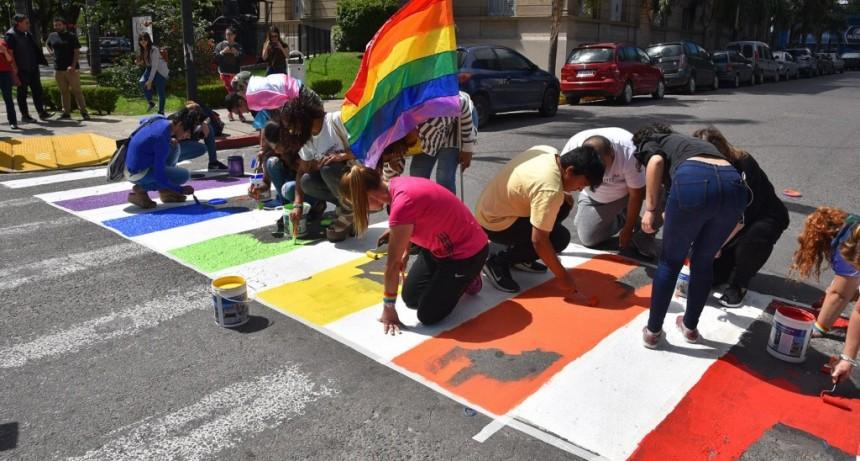 """En el marco del Mes del Orgullo, pintaron una """"senda de la diversidad"""""""
