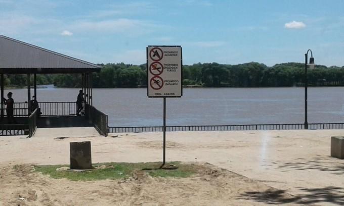 Defensa Civil colocó carteles de advertencia en la costanera local